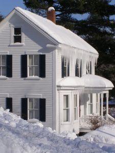 Domek pokryty śniegiem