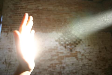 kontrolowanie mocy światła odbitego przez blendę