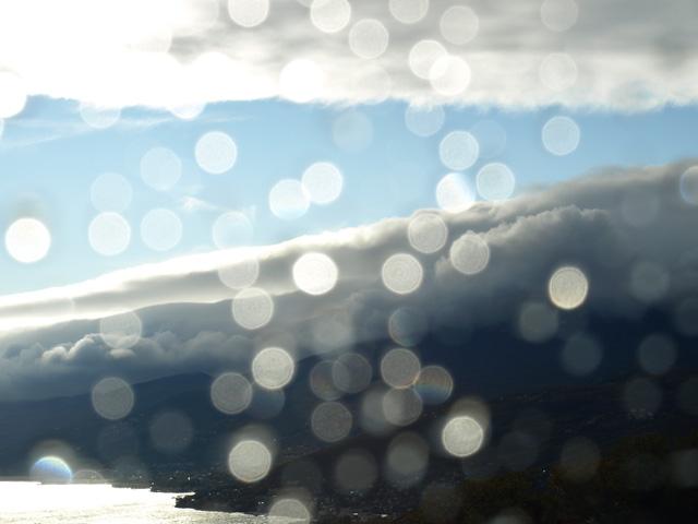 Fotografia kropli deszczu na szybie