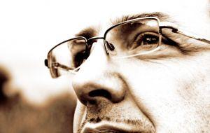 Brak kontaktu wzrokowego z aparatem dodaje wyrazu. ©sxc.hu