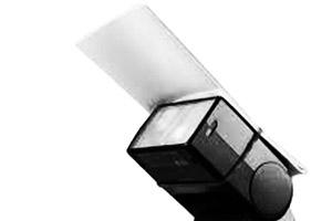 Karta odbijająca zamontowana na zewnętrznej lampie błyskowej