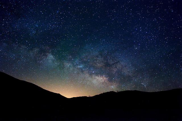 Fotografia rozgwieżdżonego nocnego nieba